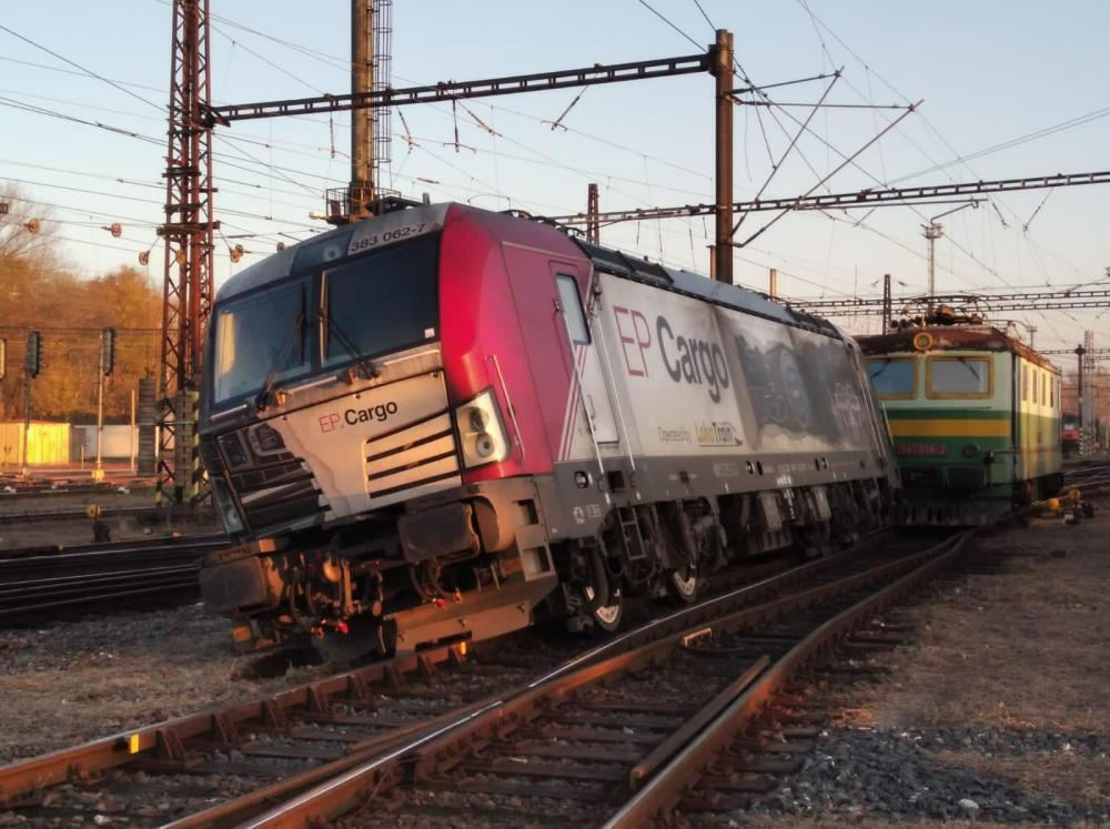 SIEMENS VECTRON MS LOCOMOTIVE DERAILED IN KOLIN